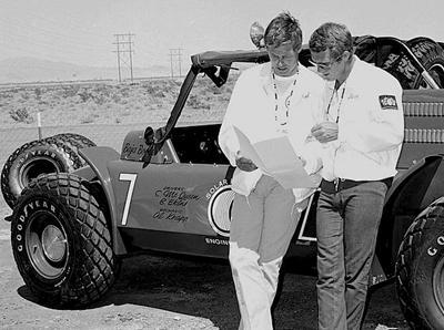 Актер Стив Маккуин (Steve McQueen) и его дублер Бад Экинс (Bud Ekins) на съемочной площадке картины «Великий побег» (1962).