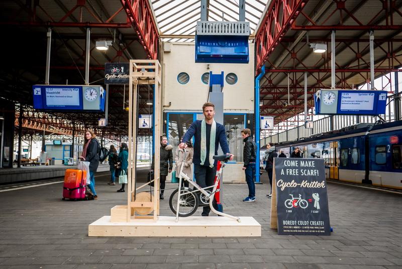 Как парень сделал вязальную машину, чтобы развлечь пассажиров в ожидании поезда