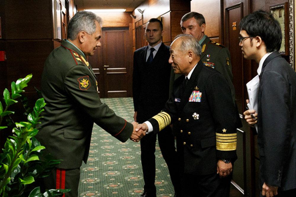 Сергей Шойгу обсудил с японским адмиралом ситуацию в Сирии