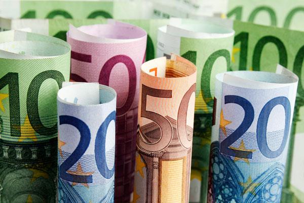 Курс евро вырос до 73,6 рубля, доллара - упал до 67,6 рубля