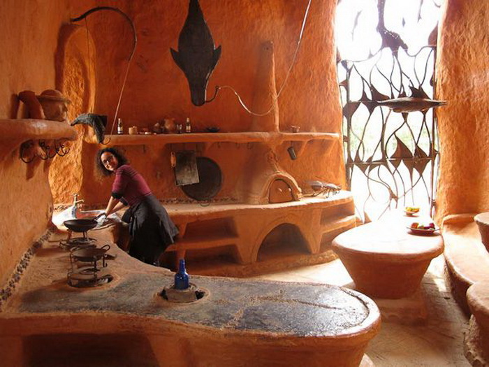 Современная кухня в глиняном доме