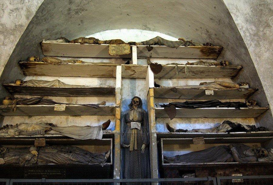 Скорбь мэри макхью на могиле ее жениха, сержанта джеймса регана, погибшего при теракте в ираке