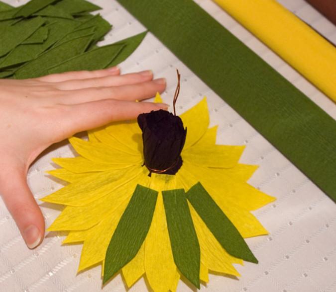 Сделать подсолнух из гофрированной бумаги своими руками