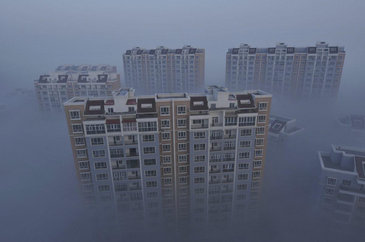 Верхушки жилых комплексов города Уцзяцюй едва возвышаются над смогом загрезнение, китай, природа