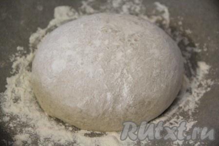 Готовое тесто выложить на стол, припорошенный мукой, хорошо обмять. Сформировать хлеб, я сделала его круглой формы. Противень для выпекания застелить пергаментом. Выложить хлеб на противень и слегка присыпать его мукой. Оставить хлеб в тепле на 30 минут.