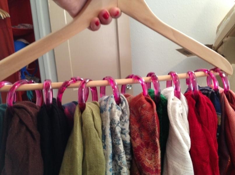 1. Всего лишь вешалка и кольца от душевой шторки и ваши шарфы никогда не спутаются и не помнутся вещь, дом, хранение