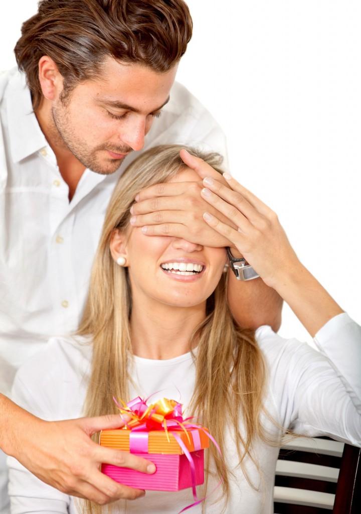 Подарки мужчина дарит женщине