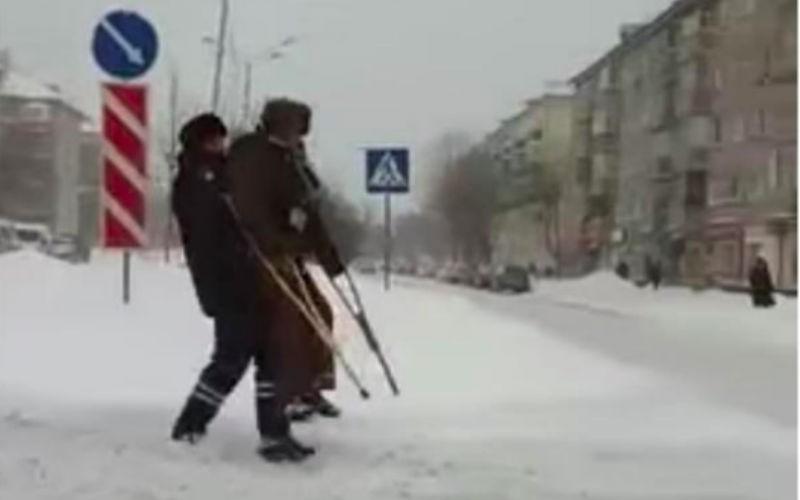Инспектор ДПС на руках перенес беспомощного старика через дорогу