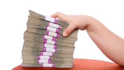 Зарплаты чиновников выросли, несмотря на указы об их сокращении