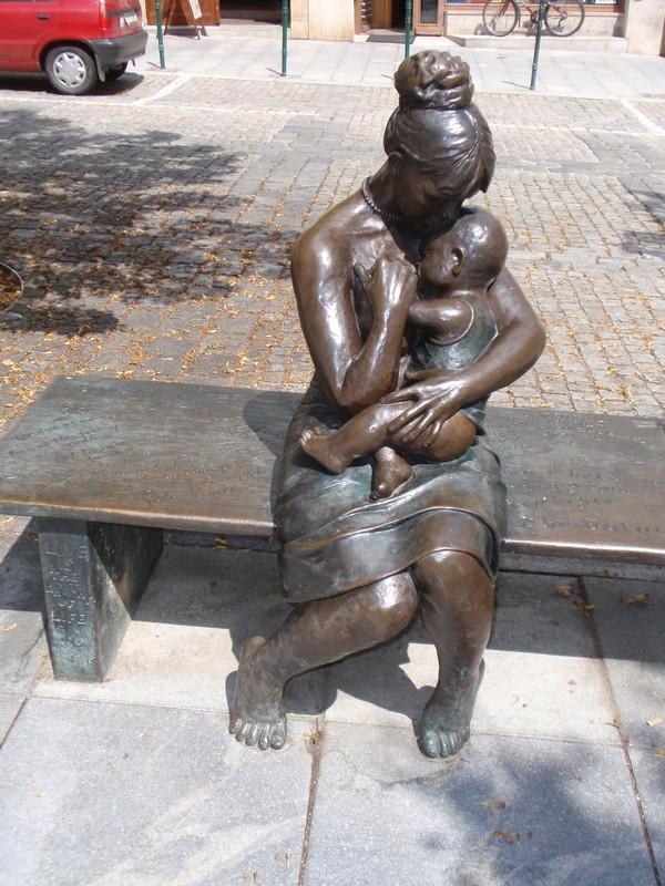 Памятники мамам