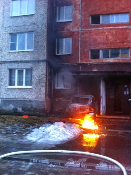"""""""Сама поехала, сама загорелась"""": горящая машина врезалась в жилой дом"""