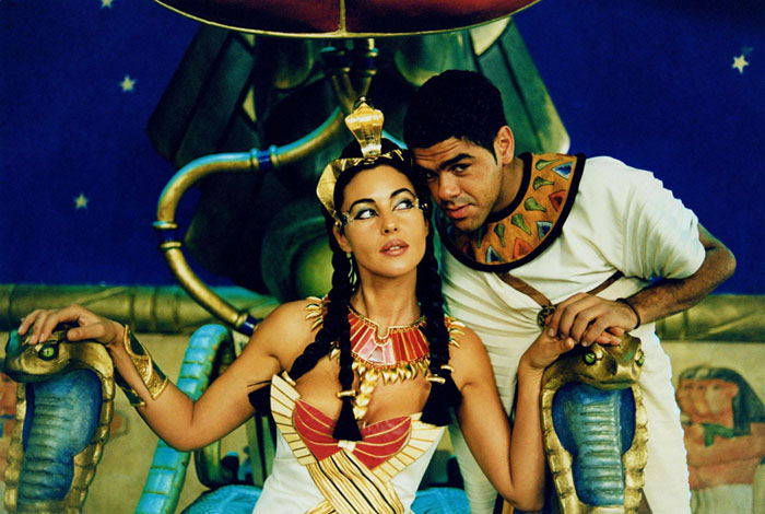 Моника Белуччи (Monica Bellucci) в фотосессии для фильма «Астерикс и Обеликс: Миссия «Клеопатра» (Asterix & Obelix Meet Cleopatra) (2002), фотография 6