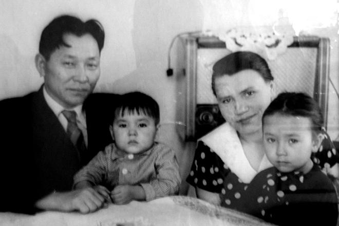 Сергей Шойгу в детстве с родителями. Фото