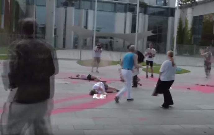 На площади перед резиденцией канцлера ФРГ в Берлине расстреляли мирных жителей - СМИ