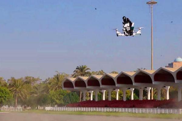 Полиция ОАЭ испытала российский летающий мотоцикл