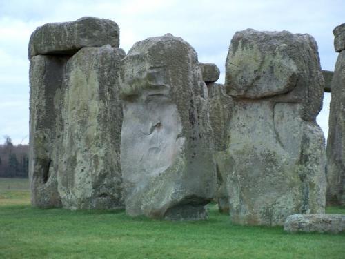 СтоунхенджБесспорно, Стоунхендж считается самым популярным древним памятником, расположенным в Европе. Он состоит из каменных глыб невероятных размеров, которые поражают не столько своим видом, сколько загадкой происхождения.