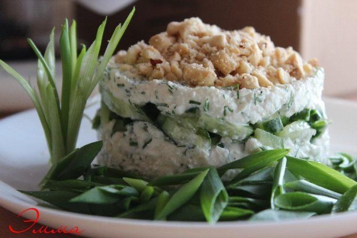 Творожный салат с орехами