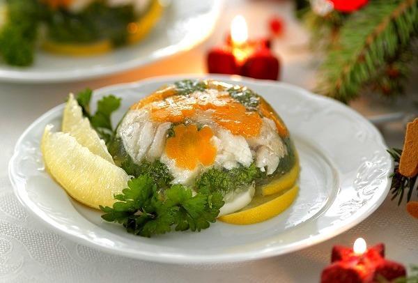 Заливной судак с яйцами и лимоном