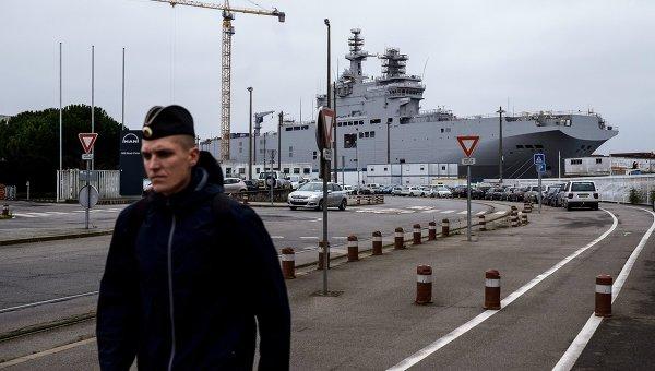 Десантный вертолетоносный корабль-док Севастополь типа Мистраль на судостроительном заводе фирмы STX Europe в городе Сен-Назер