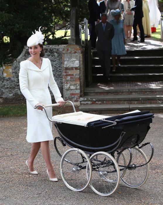 Кейт Миддлтон в белоснежном платье-пальто от известного британского модного дома «Alexander McQueen».