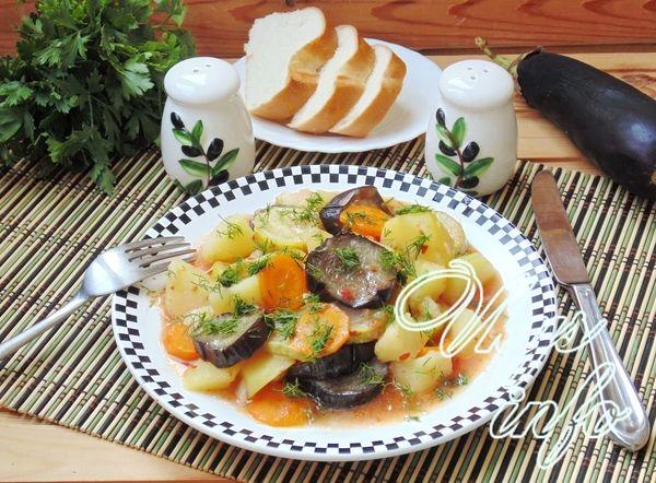 Тушеные баклажаны с кабачками и картошкой