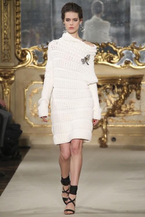 вязаные тренды осень-зима 2015-2016, модные тренды с подиума 2015, элегантное вязаное платье (фото 4)