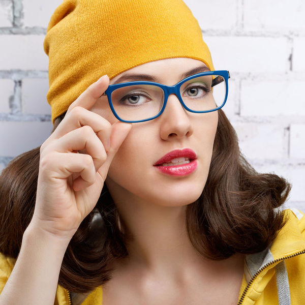 Очки в цветной оправе сделают вас моложе: выбираем лучшие!