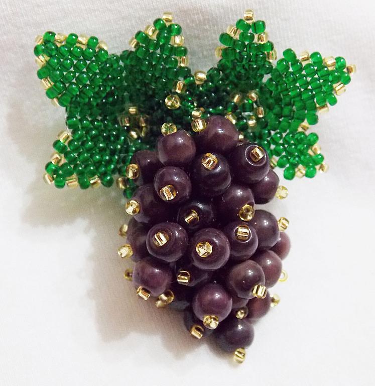 Виноградная гроздь из бисера. Брошь.