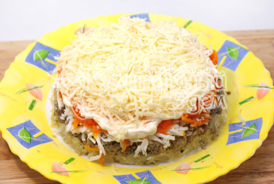 Затем слой  тертого сыра с майонезом