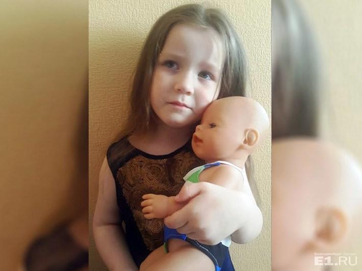 Пассажирку, летевшую с дочерью в Сочи, попросили купить «авиабилет» для куклы