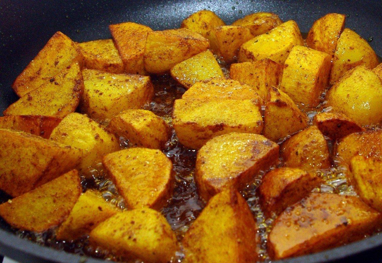 Жарим картошечку c румяной корочкой: простые секреты простого блюда!