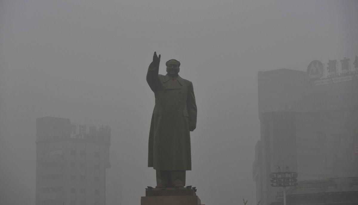 Статуя покойного китайского лидера Мао Цзэдуна в Шэньяне загрезнение, китай, природа