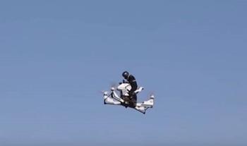 """Видео, как полиция Дубая испытала российский """"летающий мотоцикл"""""""