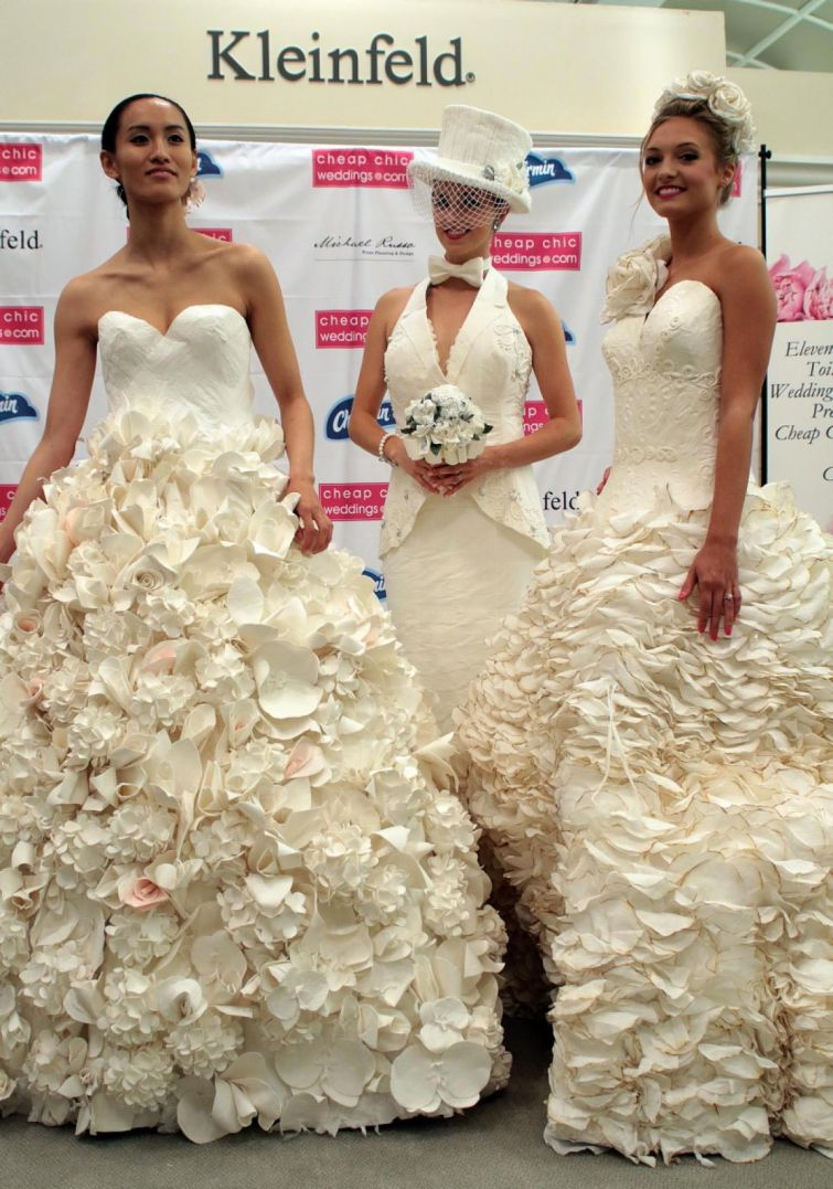 Потрясающие свадебные платья из… туалетной бумаги