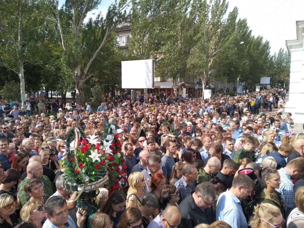 Проститься с Захарченко пришли 200 тысяч человек, а к Порошенко кто придёт?