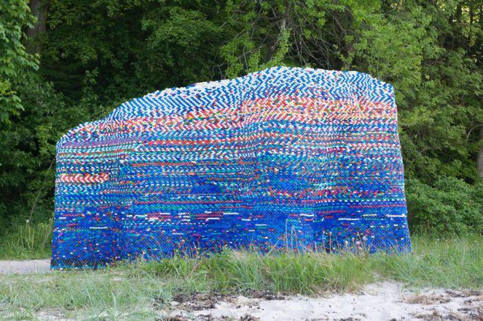 Павильон собран из мусора, оставляемого людьми на пляжах.