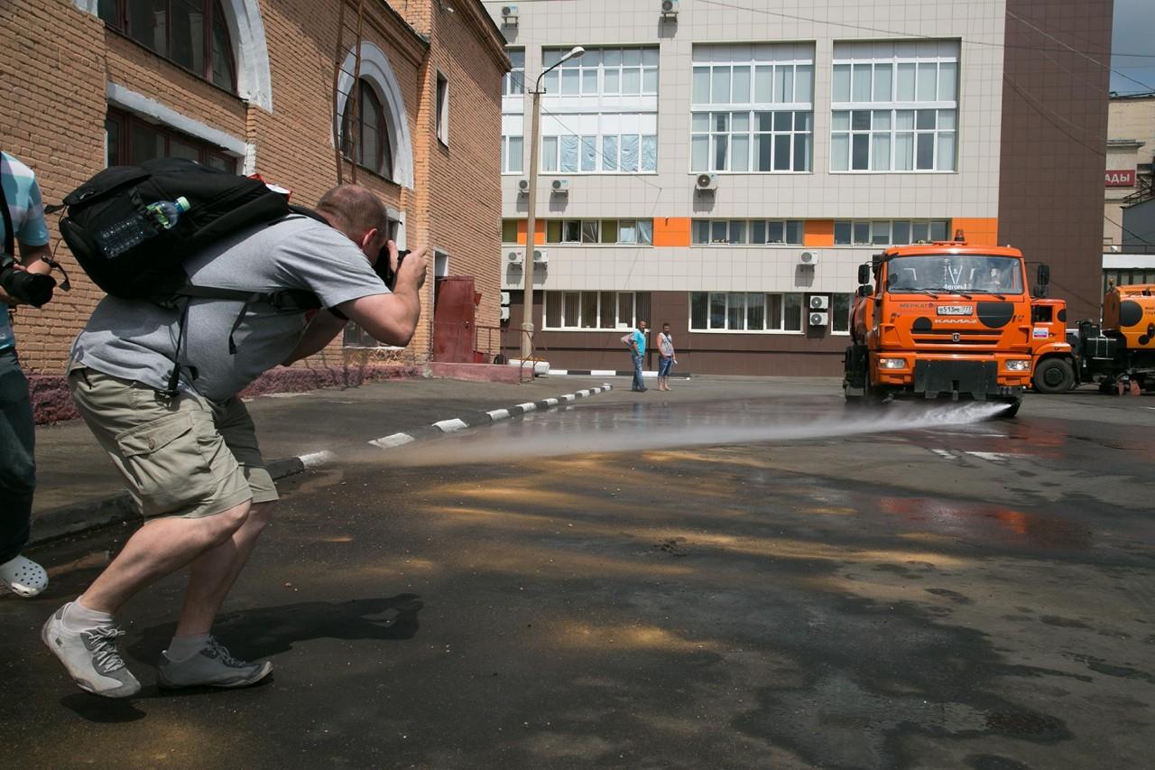 Зачем в москве поливают дороги