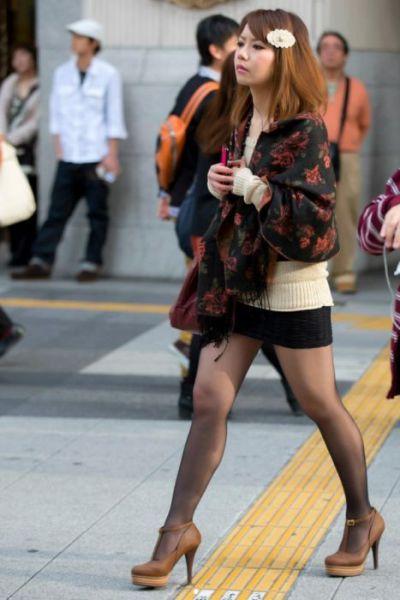 Девушки на улицах с красивыми ножками #10