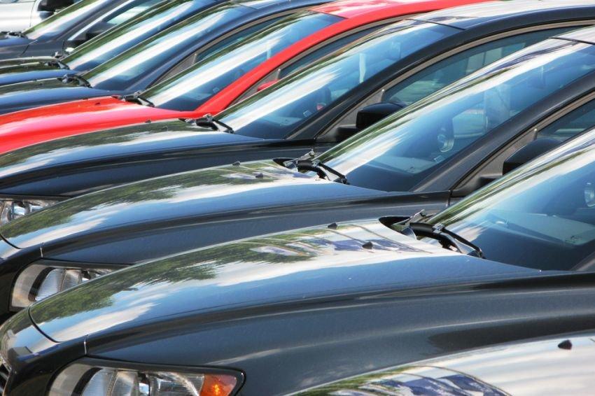 Импорт автомобилей в Россию упал вдвое