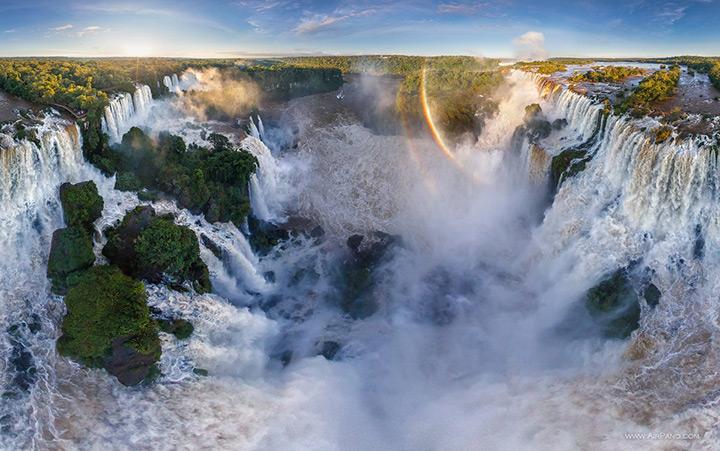 Радуга над водопадом Игуасу, вид сверху