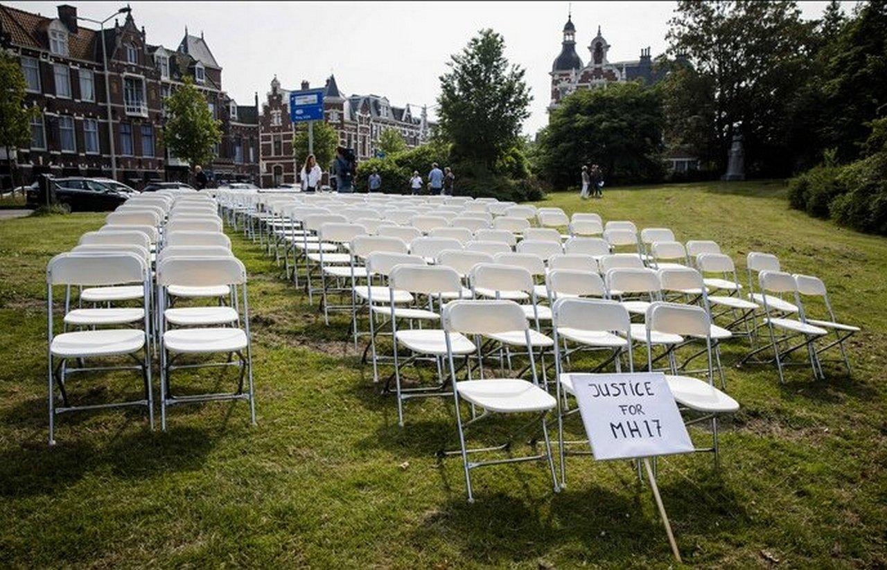 Пустые стулья не на своём месте. Ю.Витязева