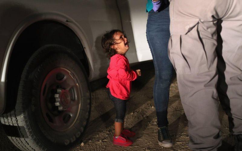 Рыдающая девочка на границе …