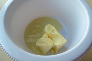 Масло предварительно оставить для размягчения при комнатной температуре, а затем соединить со сгущённым молоком.<br />