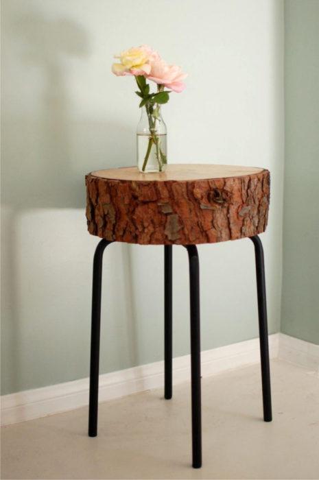 Небольшой туалетный столик, который можно создать из старых металлических ножек и большого деревянного спила, покрытого тонким слоем морилки.