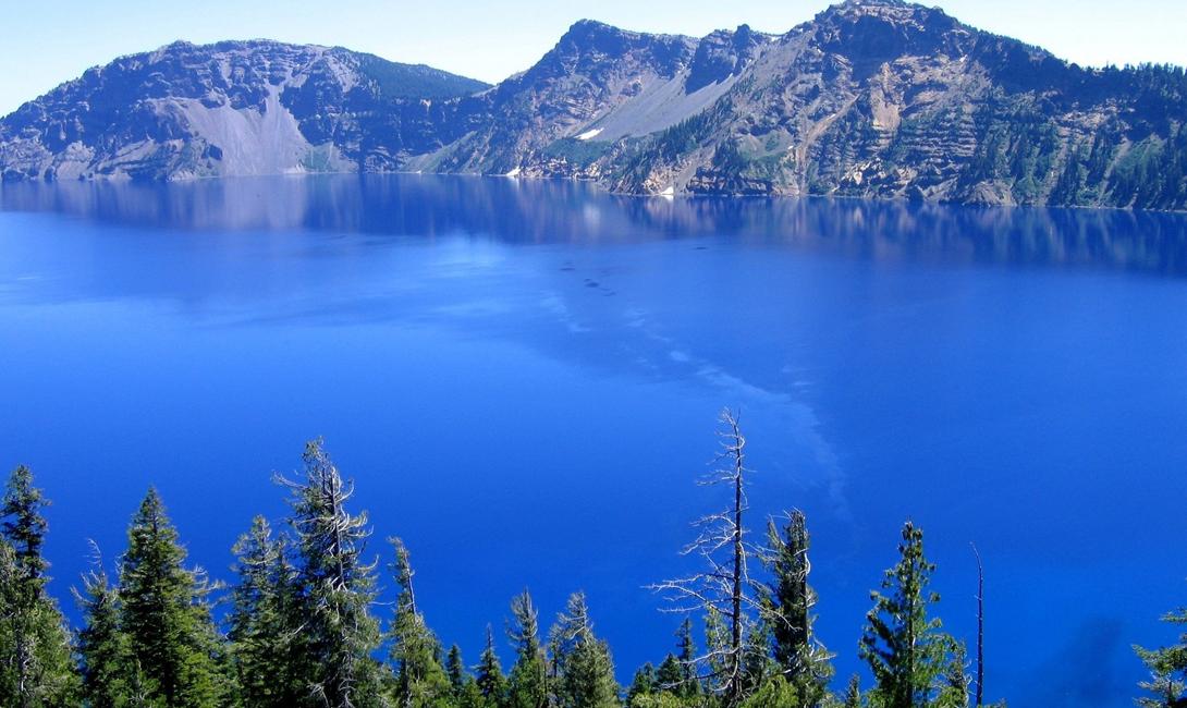 Байкал Глубина: 1642 метра И конечно, первое место достается нашему Байкалу — озеру, которое является крупнейшим в мире резервуаром пресной воды. Байкал образовался целых 35 миллионов лет назад, здесь до сих пор обитает несколько видов флоры и фауны, не встречающейся больше нигде в мире.