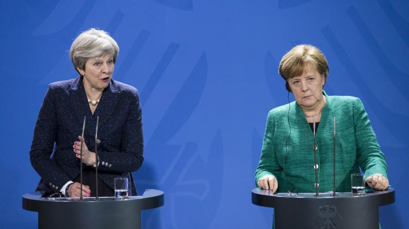 Руки не подам: Меркель публично унизила Мэй