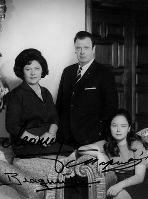 Великий Князь Владимир Кириллович с женою Леонидой Георгиевной Багратион-Мухранской и дочерью Марией. (520x700, 82Kb)