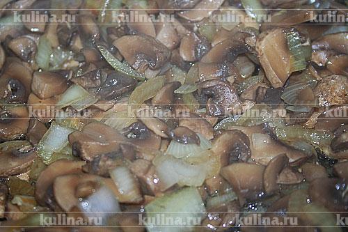 Грибы (в данном рецепте лучше всего использовать шампиньоны) нарезать, лук измельчить и обжарить на растительном масле.