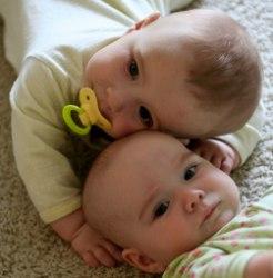 НЕВЕРОЯТНО !!!  Девятимесячные близнецы бьют все рекорды по плаванию.....