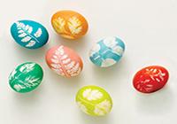 Красим яйца с помощью листьев